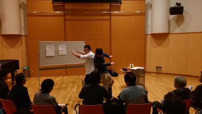 ミニ講座の一コマ。おしくらまんじゅうをする講師の皆さん。どちらが勝ったでしょうか?