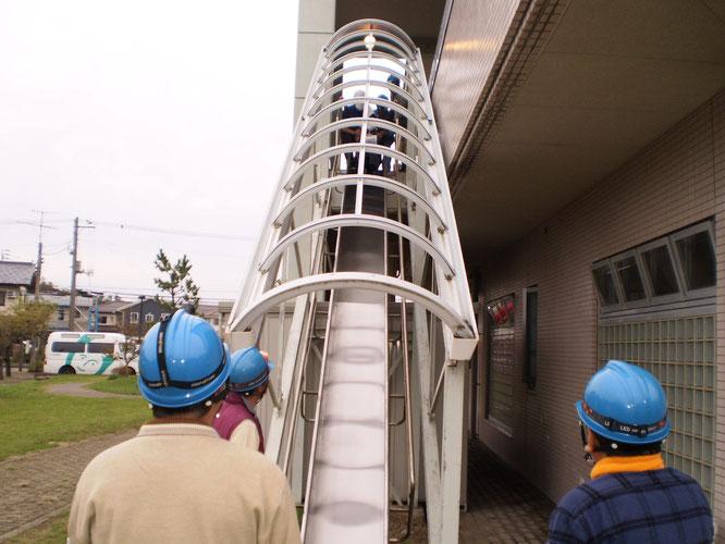 避難滑り台の訓練も行いました