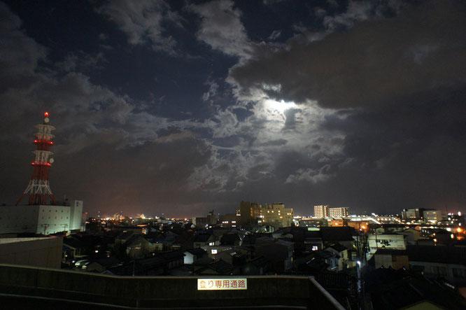 今日のイトーヨーカドーの屋上から。月明りに照らされる鉛色の雲が、入れ代わり立ち代わり動いていきました