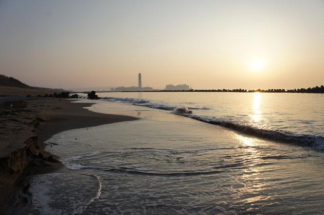 今日の犀潟海岸。海面に反射する夕焼けも、日に日に力強くなってきました