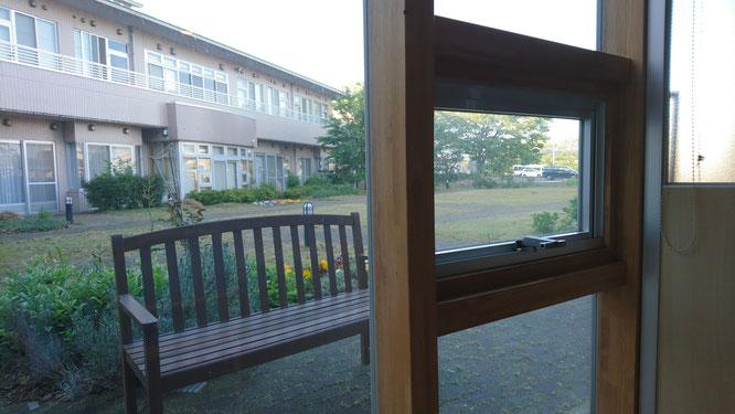 正面玄関ロビーでのガラス越し面会。ベンチも用意させていただいております