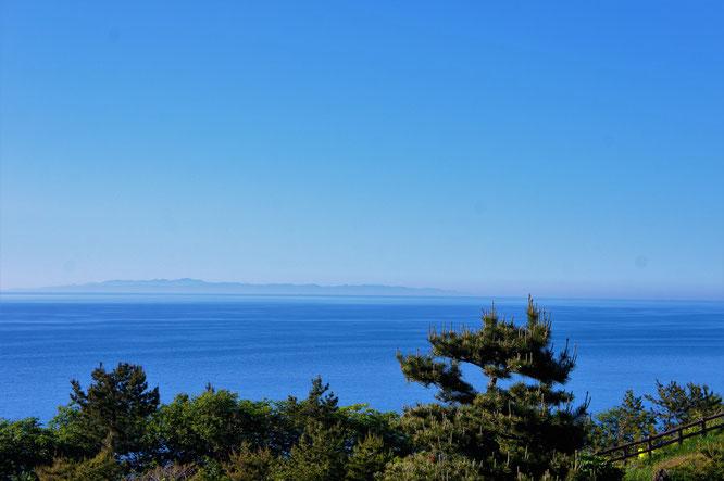 今日の米山サービスエリアの展望台からの眺め。「佐渡のみなさ~ん、元気ですか~!」
