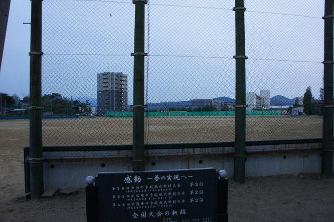 今日の帰り道に立ち寄った直江津中学校のグラウンド。夢を与える存在となった飯塚投手。その精神は今も受け継がれています