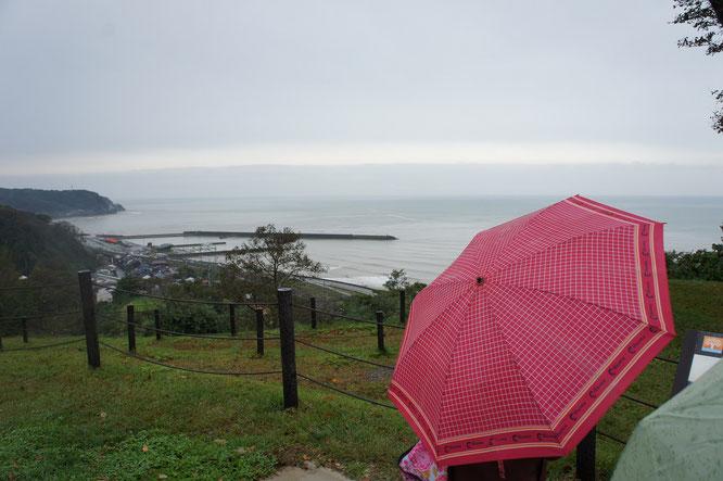 たにはま公園内「海の見える丘」から望む日本海。この「トキめき感」に昔を思い出す