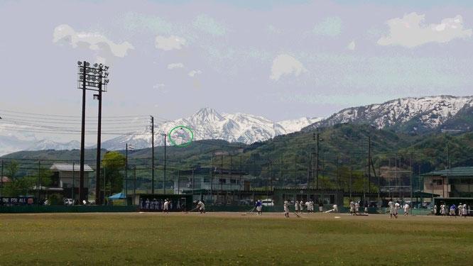 今日の上越市今泉スポーツ広場野球場。はね馬(写真中央の緑の円)を背景に、子どもたちもグラウンドを飛び跳ねていました!