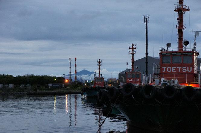 今日の夕刻の直江津港。遠くには米山がきれいに見えました(画像をクリックして拡大)