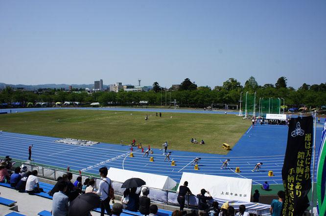 こちらはリニューアルされた陸上競技場。スタートの緊張感。選手の皆さん、頑張って!