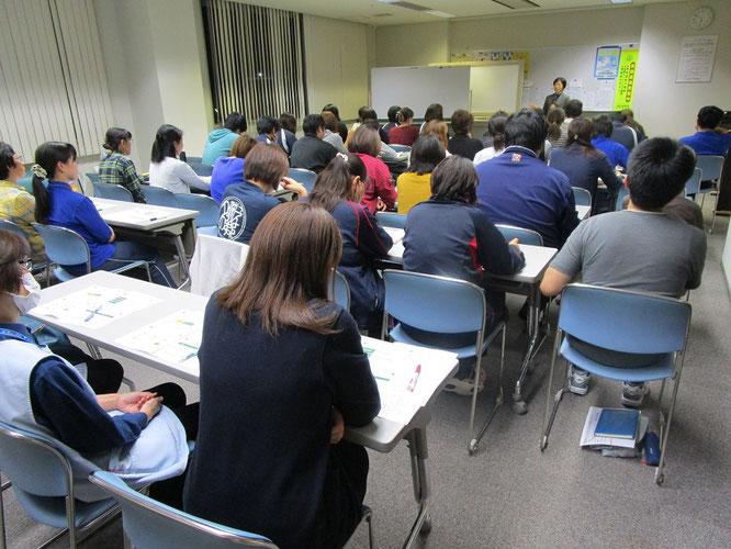 研修会の様子。職種を問わず、60名近くのスタッフからの参加がありました