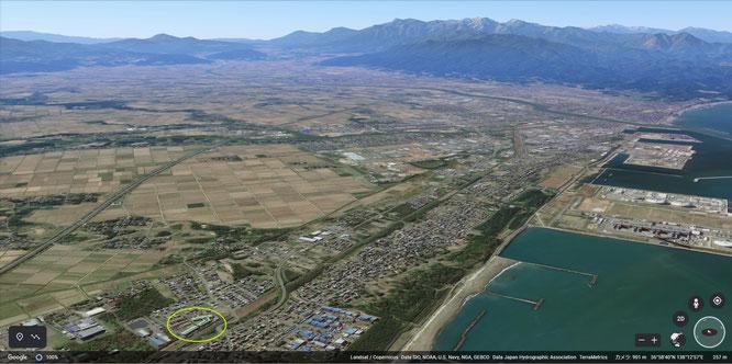 グーグル・アースから見た上越のまち(画像下の丸で囲んだ場所が当施設です。画像をクリックして拡大)