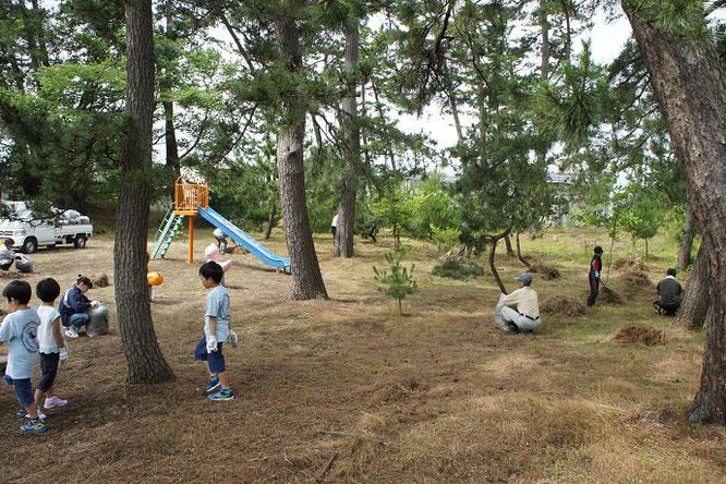 強い浜風が吹くなか、地元・犀潟児童遊園の美化活動に励みました