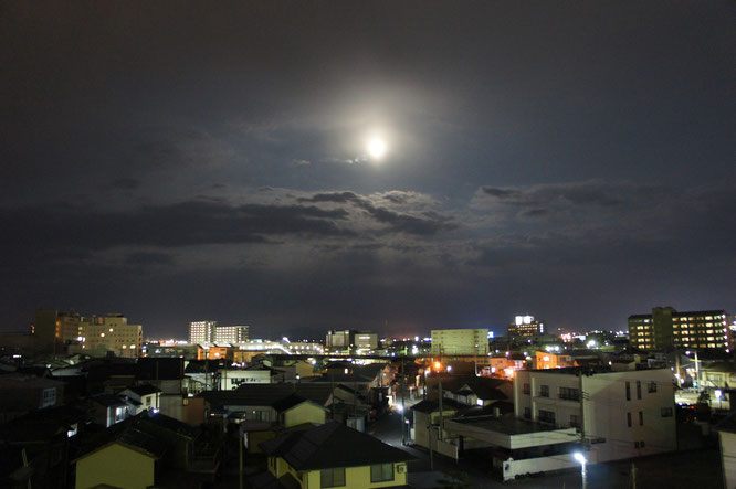 今日の夕刻の直江津のまち。月がひょっこりと顔をのぞかせていました