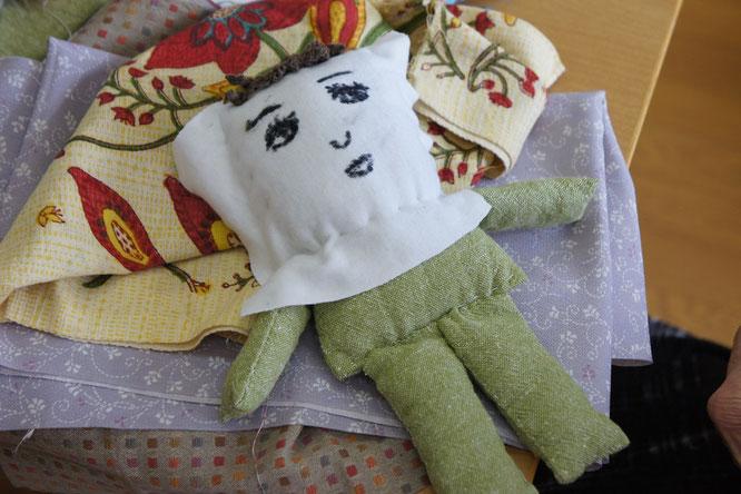 おやっ。気がつけば、昭和チックなお人形が完成していました。現在、名前を募集中!