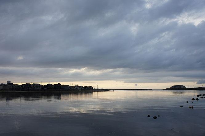 今日の夕刻。関川の水面をやさしく照らす夕焼けから、心をリセットしました。