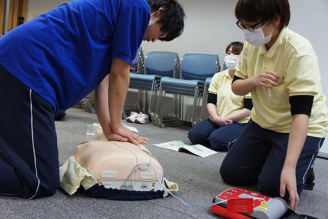 街なかで傷病者を発見。近くに居合わせた市民が協力して一次救命処置を実践
