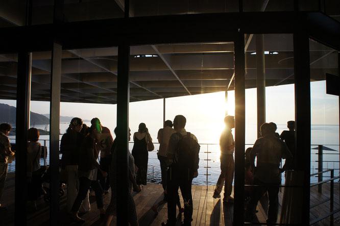 ちょうどその時。「日本海テラス」にたくさんの人が集まってきました