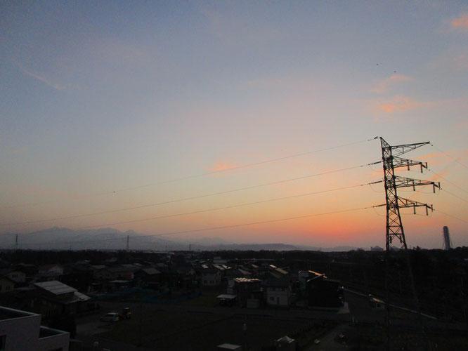 今日の夕刻の屋上からの眺め。気がつけば、日の入りが長くなっていました
