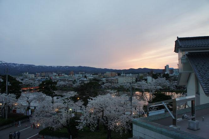 18:10 デッキから高田城下の景色。こちらもいい感じです
