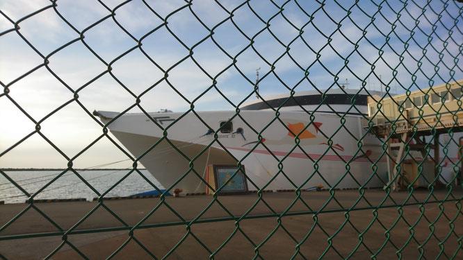 帰り道で立ち寄った直江津港。海外企業に売却された「あかね」が静かに停泊していました