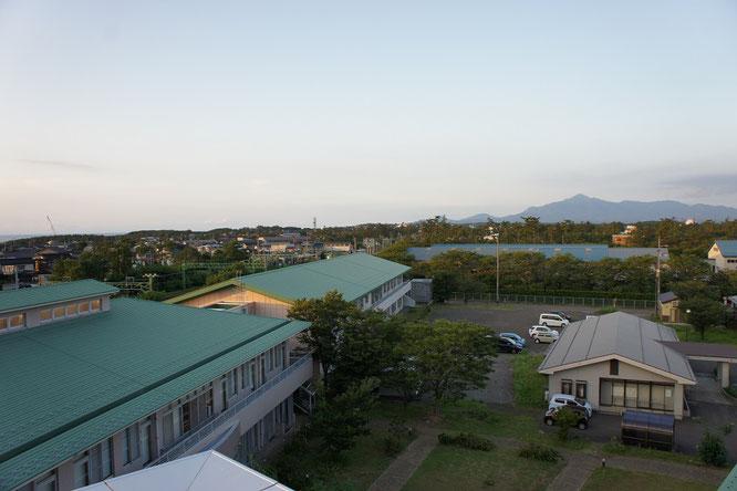 久しぶりに屋上に上ってみると、米山がくっきりと顔をのぞかせていました。