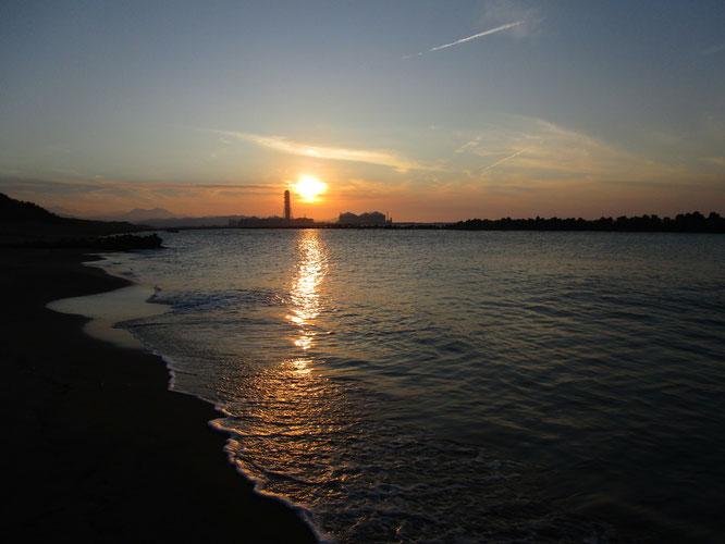 今日の穏やかな日本海。夕日と私をつなぐレッドカーペットならぬ「オレンジカーペット」に明日への力が湧いてきた!