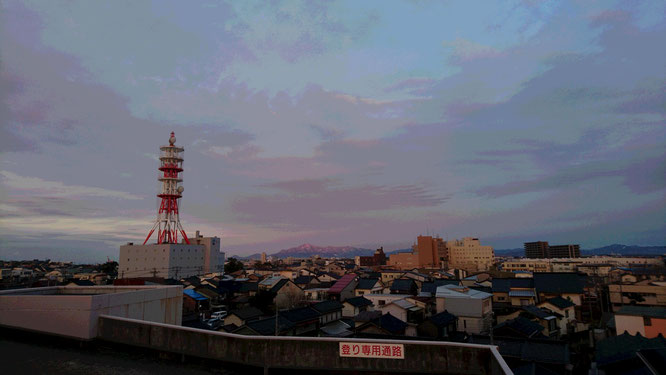 今日の夕刻の直江津のまち。遠くに見える米山が夕焼け色に染まっていました。明日に備えて気力も温存!