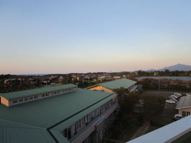 こちらは施設の北側。日向ぼっこを終えた名峰・米山と犀潟の街並み
