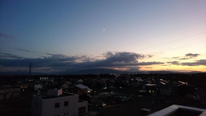 昨日夕刻の施設の屋上から。明日の天気は日本晴れを予想。日が明けるとその通りになりました。
