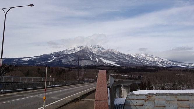眼前に迫る今日の妙高山。一日中、眺めていたい、この景色(画像をクリックして拡大)