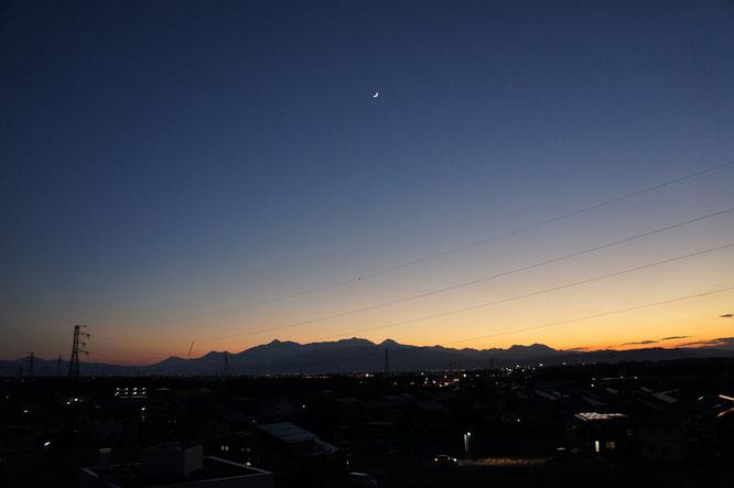 本日夕刻の屋上からの景色。上空には三日月も、ひょっこりと顔をのぞかせています