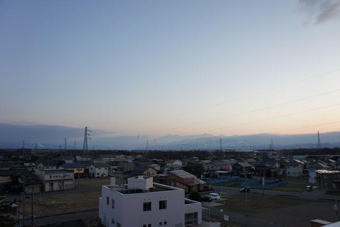 今日の夕刻の屋上から。年のせいでしょうか。明日から3月とは信じられません。