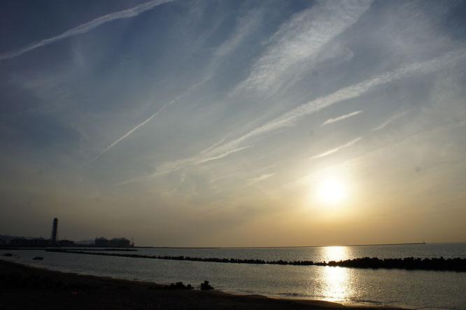 今日の夕刻の犀潟海岸。日本海に沈む夕日は私たちの心のよりどころです。時間を忘れて眺めていたい景色です!