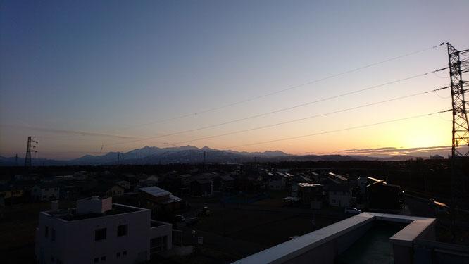 今日の17:30。施設の屋上から。日の入りがずいぶんと遅くなりました(画像をクリックして拡大)