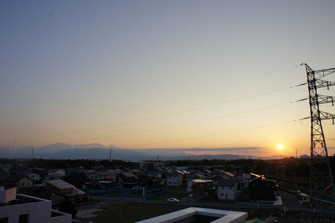 今日の夕刻の屋上からの景色。頸城三山に感謝。そして夕日は、糸魚川方面に沈んでいきました
