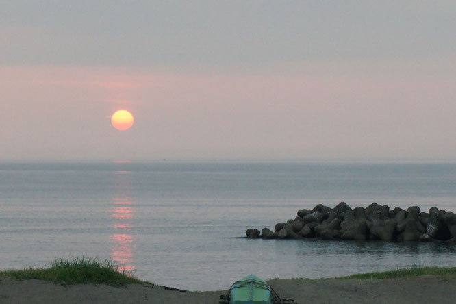 日本海に沈む今日の夕日。穏やかな「あかね色」と心地よい「潮の匂い」は、今しか味わえない大自然からのご褒美