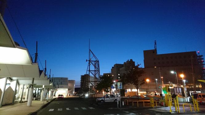 今日の夕刻の直江津駅前。空気が澄んで、とっても気持ちがいいです