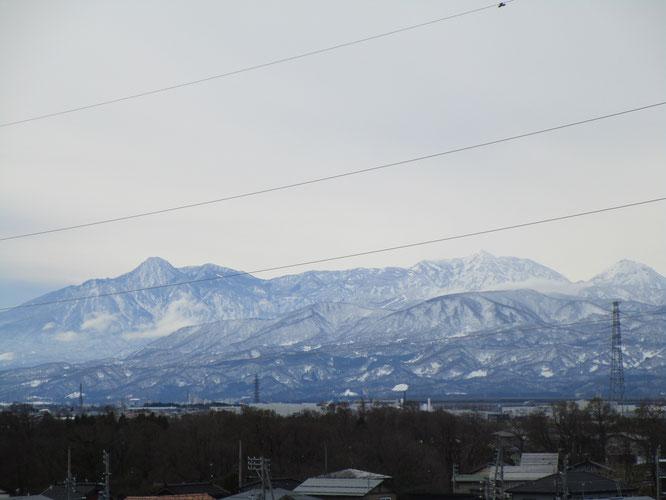 今日の施設屋上からの景色。左から「妙高」「火打」「焼山」。平野部の積雪も間もなくでしょうか