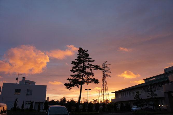今日の退勤時。あかね色に染まる西の空。急いで車に駆け込んで海岸線に向かいました