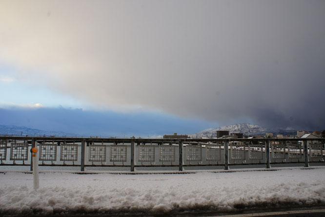 今日の出勤時。西の空から一気に雪雲が襲ってきました