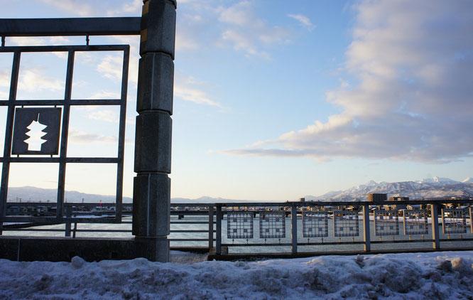 今朝の荒川橋の上からの景色。信号待ちの時間が嬉しく感じられました