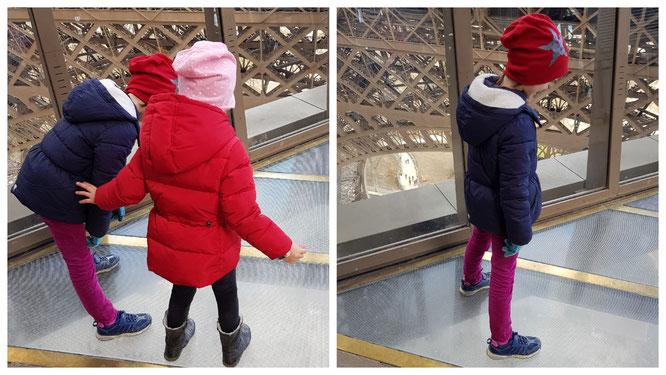 Unsere Mädels stehen auf den Glasplatten des Pariser Eiffelturms