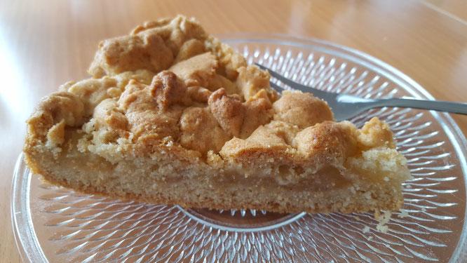 Ein Stück Apfel-Streusel-Kuchen auf einem Teller