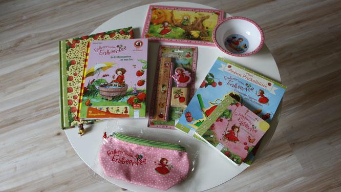 Ein Tisch voll mit Erdbeerinchen Erdbeerfee Produkten