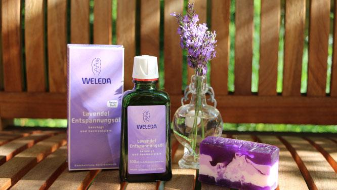 Das Lavendel-Entspannungsöl von WELEDA mit frischem Lavendel und Lavendelseife