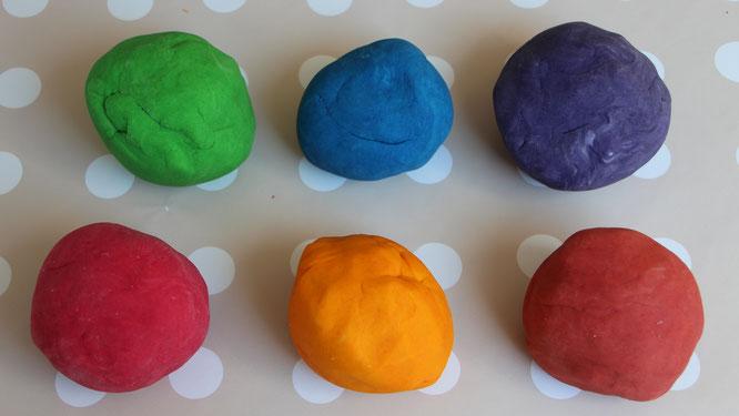 Die fertige selbstgemachte Knete in unterschiedlichen Farben