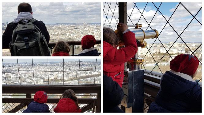 Unsere Mädels blicken vom Pariser Eiffelturm über die Stadt