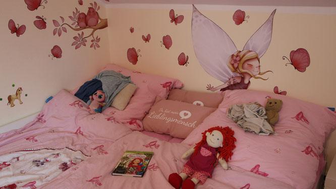 Das Bett unserer Kleinen mit allen Kissen und Kuscheltieren der Mädels