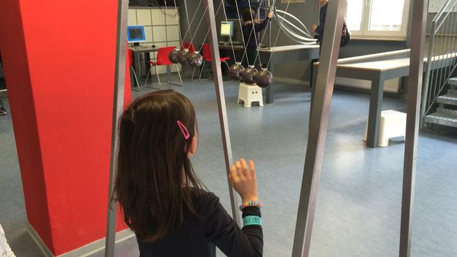 EXPERIMINTA - Unsere Große vor einem der Experimente im Bereich Bewegung