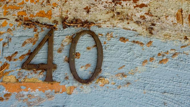 Metall-40 an eine alte Bohle genagelt