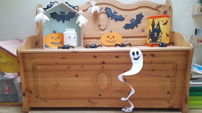 Unsere Halloween-Bank mit unserem Papier-Gespenst