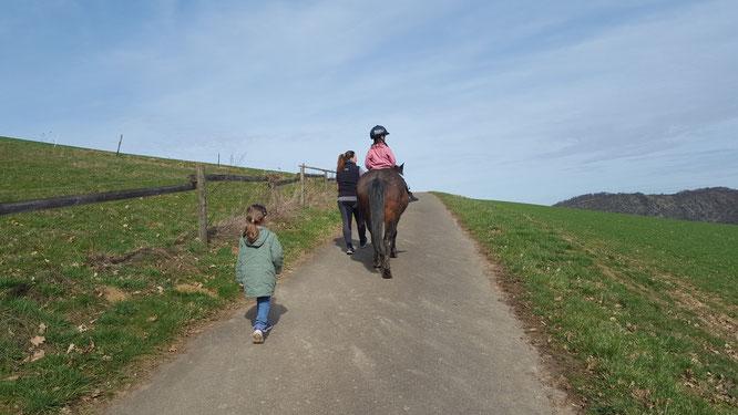 Hof Hardthöhe - Unsere Große reitet auf dem Pferd Momo und unsere Kleine läuft nebenher